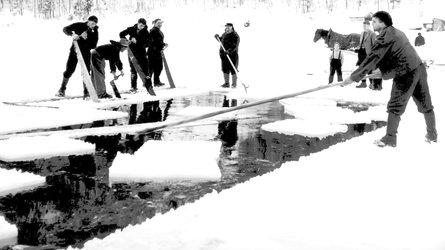 Die Eisgewinnung am Klöntalersee war harte Knochenarbeit (Bild: Landesarchiv Kanton Glarus)