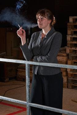 Die Fabrikantin, gespielt von Julia Vonwyl.