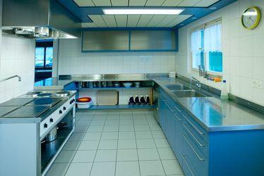 Die Küche ist mit allem notwendigen ausgestattet um 50 Personen zu bekochen.