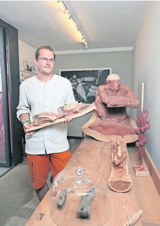 Der Chamer Künstler Daniel Züsli zeigt ein Modell seiner Arbeit. (Bild Roger Zbinden)