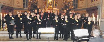 Der Cantiamo Kirchenchor Oberiberg überraschte unter der Leitung von Yvonne Briker mit einem breiten Repertoire. Foto: Konrad Schuler