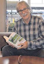 «Neugierig zu bleiben, ist das Wichtigste», sagt er zum Abschied. Autor Ernst Michael Kistler mit seinem druckfrischen ersten Roman. Bild Patrizia Pfister