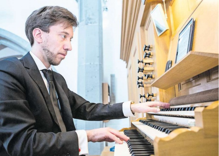 Baptiste-Florian Marle-Ouvrard an der Orgel der Pfarrkirche Unterägeri. (Bild Patrick Hürlimann)