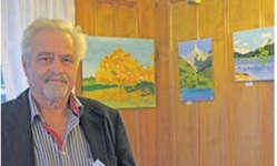 Josef Schönbächler präsentiert im «Stausee» in Innerthal seine Werke. Bild Paul Diethelm