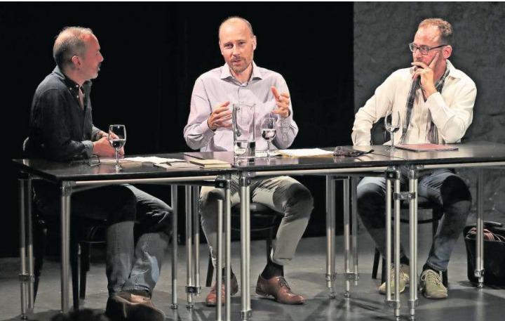 Lesung im Burgbachkeller: Moderator Sven Baier (links), Autor Cyrill Delvin und Schauspieler Marcel Schneider. (Bild Roger Zbinden)