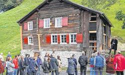 Stiftungsratspräsident Beat Schwabe begrüsste beim aufwendig renovierten Tannenhaus die Gäste. Bilder: Ernst Immoos