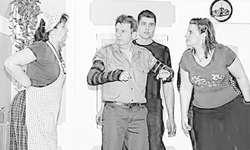 Nach einem Treppensturz mit beiden Armen im Gips erklärt Toni seinen Unfall Dorli (links), Reto und Jessica. Bild Kurt Kassel