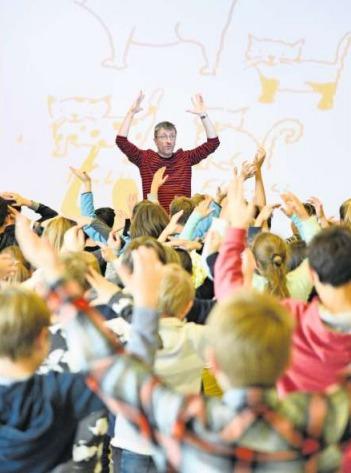Lorenz Pauli fesselt die Schülerinnen und Schüler mit seinen farbigen Geschichten. (Bild PD)