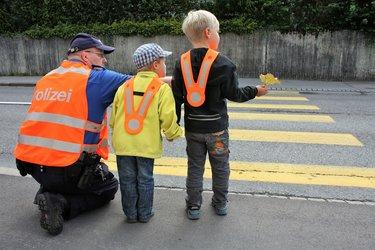 Rad steht - Kind geht: Kantonspolizei wirkt präventiv am Schulbeginn - 1