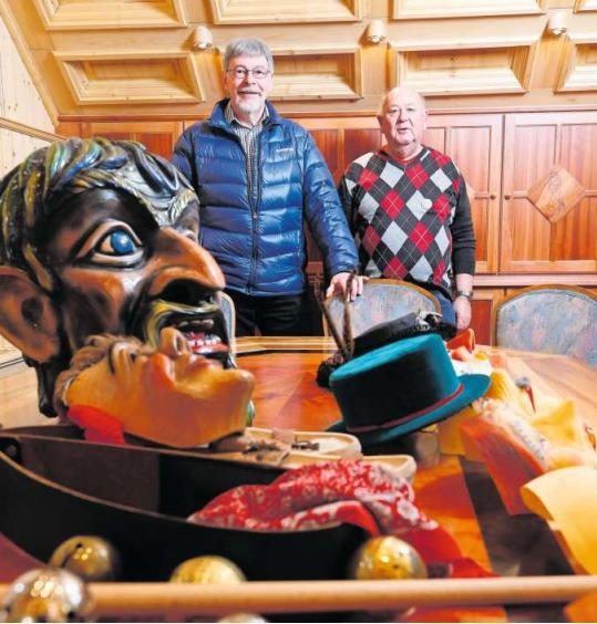 «Während des Jahres schlafen hier die Masken»: Max Büchi und Xaver Stierli mit Fasnachtsutensilien im Narrenschopf. (Bild Stefan Kaiser)