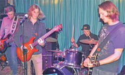 Die Band Dear Misses hautnah im Earl Music Club. V.r.n.l.: Jonas Marty (der Produzent der Platte), Cornel Betschart, Fabian Schelbert und Ueli Betschart. Bild: Raphaela Reichlin