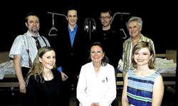 Die Truppe: (hinten von links) Peter Marty, Pascal Marty, Regisseur Otti Marty, Nick Steiner, sowie (vorne von links) Nadja Inderbitzin, Sissy Graf-Ollram, und Tanja Kälin, sorgen für Gelächter, aber auch für Denkanstösse. (Bild: Konrad Schuler)