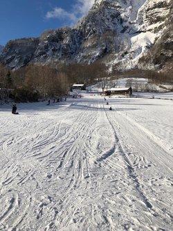 Reger Betrieb auf der Ski- und Schlittelpiste der «Mugi» in Netstal.