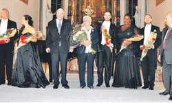 Die Künstler zusammen mit Klaus-Michael Kühne und Gattin (Dritter und Vierte von links), die das Konzert ermöglichten; ganz rechts Giovanni Bria. Bild Verena Blattmann