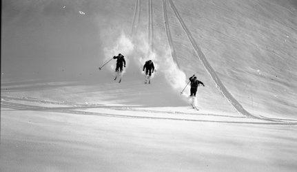 Drei Skifahrer im Glarnerland, undatiert. Landesarchiv des Kantons Glarus, Bestand Foto Schönwetter.
