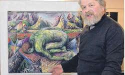 Thomas Wüthrich präsentiert sich mit einem seiner farbenprächtigen Bilder in Bäch. Bild Hans Ueli Kühni