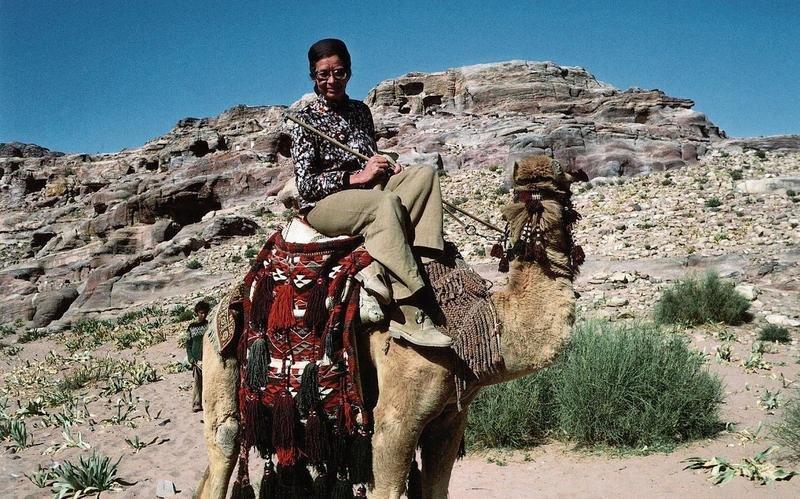 Helen Keiser unterwegs auf einem Kamel in Jordanien, 1961. (Bild PD/www.helen-keiser.ch)