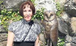 Esther Schönis Abschied: Nach dieser Ausstellung auf der Insel Schwanau zieht sich die Brunnerin künstlerisch zurück. Hier zeigt sie eine Eule aus Bronze auf Holz.