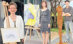 REKLAME Gaby Vogt, Maria Herzog und Urs Martin Traber (v.l.) zeigen an zwei Wochenenden gemeinsam ihre Kunst.