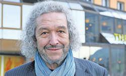Regisseur Jean Grädel vor dem Theater Arth. Bild: Christian Ballat