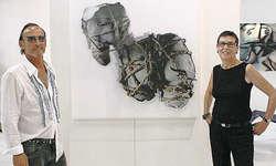 Bereits die dritte Einladung in den Wydenhof: Wieder arbeiten der Künstler Gino Pelli und die Fotografin Claudia Fagagnini gemeinsam an Werken; sie fotografiert seine Skultpuren. Bild Philipp Betschart