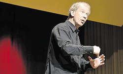(Ur)Knall: Der Zürcher Komiker Lorenz Keiser nahm das Sattler Publikum mit auf eine zweistündige Zeitreise fünf Milliarden Jahre zurück. Bild Lilian Prachoinig