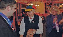 Neuer Maschgradenvater: Franz Betschart übergibt den Narrenstab seinem Sohn Urs. Präsident Daniel Ceberg (mit Krawatte) applaudiert. Bild Franz Steinegger