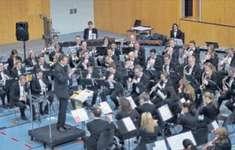 Das Blasorchester Siebnen reist gut gerüstet nach Montreux. Dirigent Blaise Héritier hat «seine» Musiker voll im Griff. Bild Paul A. Good