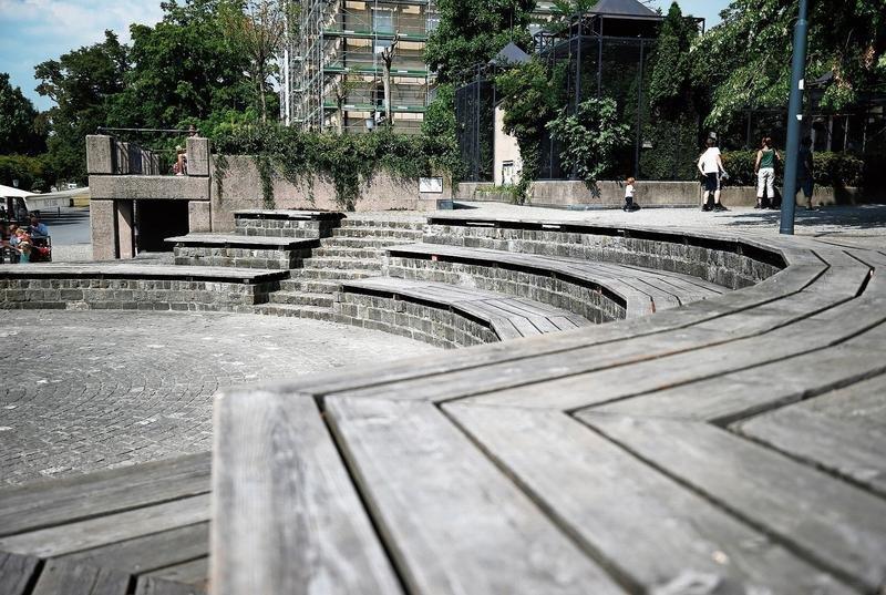 Sitzgelegenheit, aber auch beliebter Tummelplatz für Kinder: die Holzelemente am Landsgemeindeplatz.(Bild: Stefan Kaiser)
