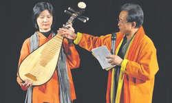 Orchesterleiter Ku-Jen Lin gibt dem Publikum interessante Informationen zur Pipa, die vielfältig gespielt werden kann und aus verschiedenen Holzarten besteht. Bild Dario Dietsche