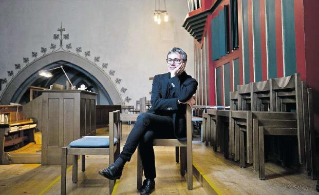 Carl Rütti und sein Arbeitsinstrument, die Orgel der Pfarrkirche Oberägeri. (Bild Stefan Kaiser)
