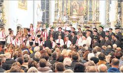 Vor allem in den gemeinsamen Liedern, hier der Kirchenchor Feusisberg und das Jodelchörli Schindellegi, zeigte sich die fantastische Akustik der Kirche. Bilder Eliane Weiss