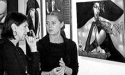 Ira Tsantekidou (rechts) erklärt einer Besucherin eines ihrer Bilder. (Bild: ts)