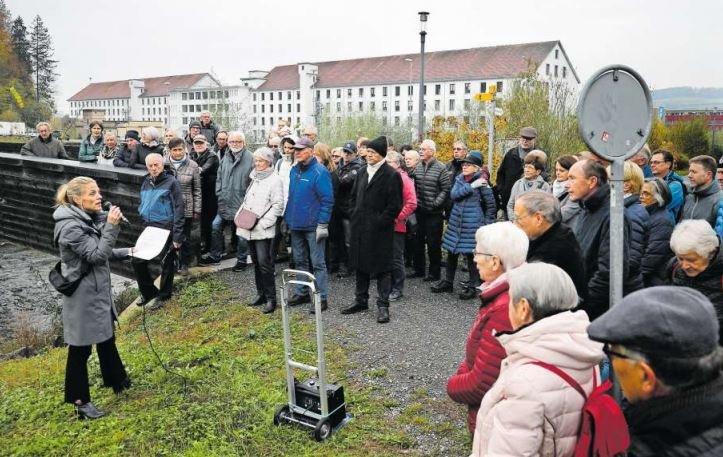 Historikerin Brigitte Moser informiert die gut 80 Anwesenden über die Geschichte der Spinnerei Baar. (Bild Stefan Kaiser)