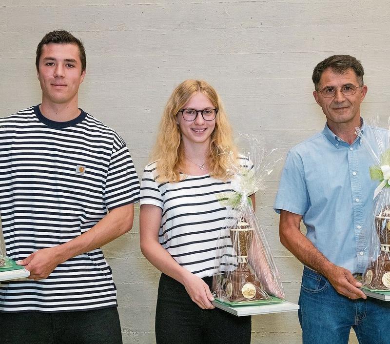 Sie wurden von der Gemeinde Menzingen geehrt (von links): Martin Lässer, Fabienne Tiefenauer, Shaban Kastrati (es fehlen Karl Bär und Elias Rupp). (Bild Franziska Stocker, fransiss Photographie)