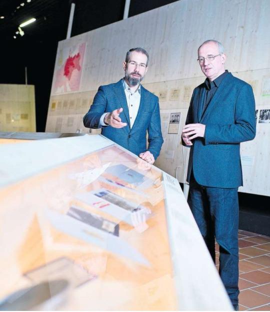 Museumsdirektor Marco Sigg (links) und Kurator Manuel Fabritz eröffnen heute die Sonderausstellung «gezeichnet. Die ‹Buchenwaldkinder› auf dem Zugerberg» im Museum Burg Zug. (Bild Maria Schmid)