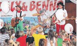 Billy alias Philippe Stuker (grüne Hose) und Benno alias Samuel Schäfer (rote Hose) finden den Kontakt zu den Kindern jeweils spielend. Bild zvg