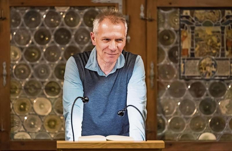 Autor Andreas Grosz (61) las im Gotischen Saal aus seinem neuen Buch. (Bild Christian H. Hildebrand)