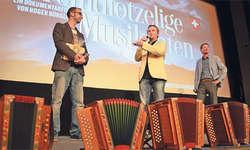 Viel Applaus und grosse Anerkennung für den Örgeli-Film und die Macher: (von links) Kameramann Stefan Prohinig und Regisseur und Produzent Roger Bürgler. Bild Josias Clavadetscher