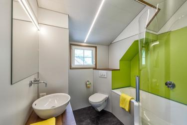 Badezimmer mit Badewanne / Dusche und Waschmaschine, Tumbler
