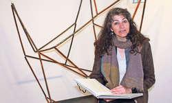Die Autorin Prisca Gaffuri vor einem Metallobjekt von Barbara Jäggi. Bild Patrick Kenel