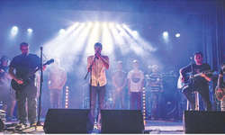 Zum Schlussbouquet versammelten sich alle Bands des «Mountainrock» noch einmal auf der Bühne. Sie sangen «Wish you were here». Bild zvg