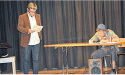 Peter Michael Wehrli (links) und sein Bruder Georg Wehrli ergänzten die musikalische Lesung aus dem Buch «The End ... is open» mit einer Einlage aus dem Schulalltag. Bild Paul Diethelm