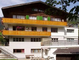 Die Gruppenunterkunft Motondo liegt 1 km vor dem Dorf Adelboden