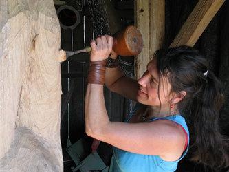 Martina Kreitmeier aus Vilsheim (GER) ist eine der fünf Frauen, die zusammen mit drei Männern an der 5. Internationalen HolzART-Woche Glarus teilnehmen.