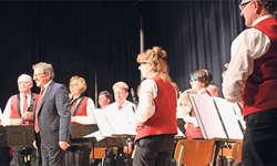 Dirigent Fredy Inderbitzin mit der Musikgesellschaft.