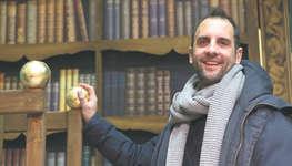 Stefan Camenzind freut sich auch, dass er in einem gelungenen Bühnenbild inszenieren darf. Bild: Christian Ballat
