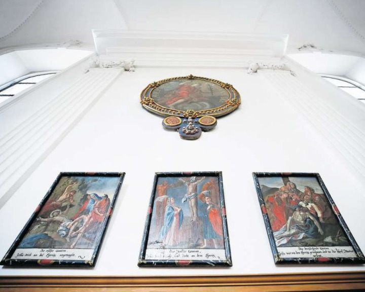 Die drei letzten der insgesamt 13 Kreuzwegstationen von Michael Anton Brandenberg in der Marienkirche Unterägeri. Sie sind eines der wenigen Werke, welche der Zuger Maler der Nachwelt hinterlassen hat. (Bild Stefan Kaiser)