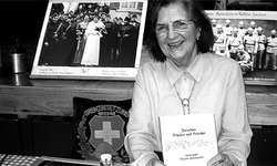Nach sieben Jahren Arbeit konnte Betli Stählin-Tschanz endlich ihr neues Buch «Zwischen Frieden und Frieden» taufen. (Bild Simon Mächler)