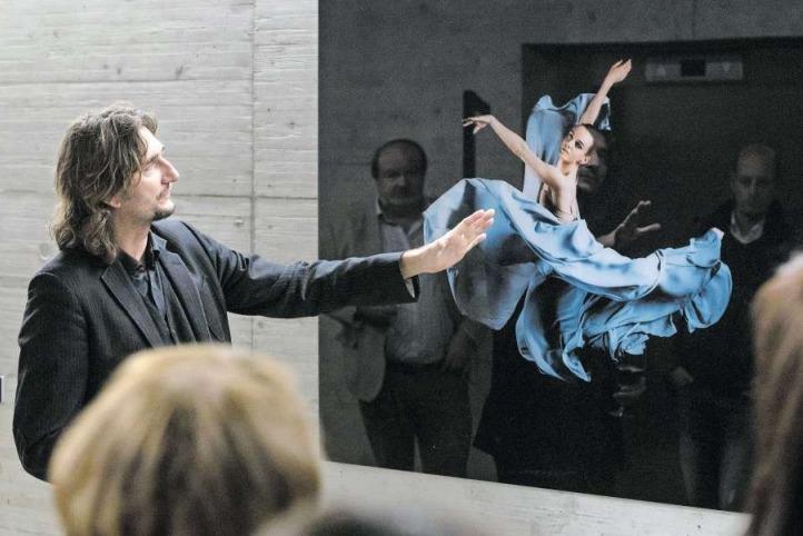 Kunst-Fotograf Pit Buehler erläutert im Detail eines seiner Werke. (Bild PD)